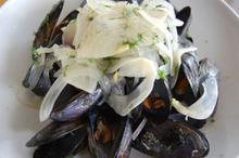 Συνταγή: Μύδια με μάραθο, κρεμμύδι. άνηθο, ούζο, κρασί, μαραθόριζα