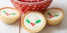 Συνταγή: Μπισκότα με γιαούρτι, ζάχαρη, βούτυρο, τυρί κρέμα, ζαχαρούχο γάλα, χυμός λεμονιού, μαρμελάδα φράουλα
