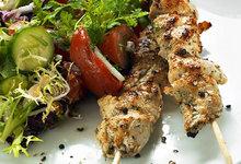 Σουβλάκια κοτόπουλο με σαλάτα εποχής