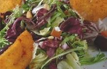 Ντοματες τηγανητες με ντιπ γιαουρτιου και πρασινη σαλατα