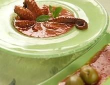 Χταποδι με ντοματα και πρασινες ελιες χαλκιδικης