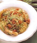 Μακαρόνια με στικς κολοκυθιού  γαρίδες και ντομάτα