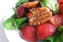 Πράσινη σαλάτα με φράουλες