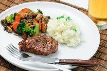 Χοιρινή μπριζόλα με σωταρισμένα λαχανικά και πιλάφι