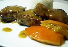 Κόντρα μόσχου με πουρέ καρότου  σάλτσα μελιού  μπανάνες γλασέ