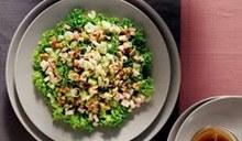 Σαλάτα με σγουρό μαρούλι, σέλερι και σάλτσα καρυδιού
