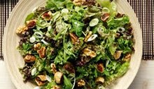 Σαλάτα με πρασινάδες, ξερά σύκα, καρύδια και σάλτσα μελιού