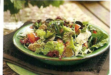Σαλάτα με πρασινάδες, ντομάτες, καππαρόφυλλα, παξιμάδι και ανθότυρο