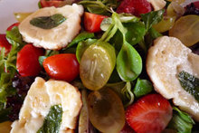 Σαλάτα με φρούτα και χαλούμι