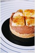 Σοκολατένιο cheesecake με καραμελωμένες μπανάνες και ένα δώρο!