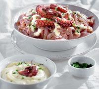 Χταπόδι βραστό με σάλτσα ταραμά