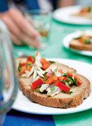 Φρυγανισμένο ψωμί με ταραμά και μαριναρισμένη σαρδέλα