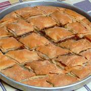 Κολοκυθόπιτα με φύλλο  μέλι και σπόρους κολοκύθας  σάλτσα από τους χυμούς της, παγωτό και κρέμα κολοκύθας