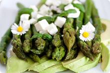 Ζεστή σαλάτα με σπαράγγια, αβοκάντο και φέτα