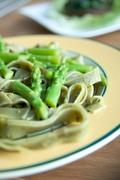 Ζυμαρικά από σπανάκι με σπαράγγια και σάλτσα πέστο