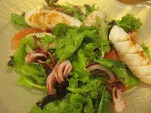 Ψητό καλαμάρι με vinaigrette εσπεριδοειδών και φρέσκια πράσινη ανάμικτη σαλάτα.