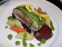 Σολομός με πράσινη σάλτσα μυρωδικών και λαχανικά