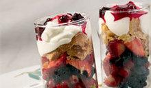 Φρούτα με μπισκότα, γιαούρτι καιμαρμελάδα
