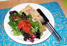 Πέστροφα ποσέ με σαλάτα αντράκλα και ντοματίνια σαντορίνης