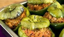 Πράσινες πιπεριές γεμιστές με λουκάνικο, μυρωδικά και σάλτσα γιαουρτιού .