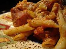Πέννες ογκραντέν με σάλτσα τομάτας, λουκάνικο φρανκφούρτης και φέτα