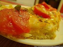 Pizza με τομάτες, gouda και πράσινες ελιές