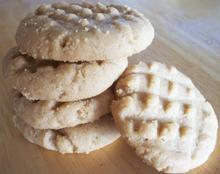 Μπισκότα με 4 υλικά - Πολύ γρήγορα.. :)   1 φλιτζάνι φυστικοβούτυρο (επιλογή σας, λείο ή ογκώδες) 1...