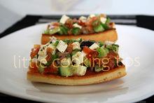 Ελληνική μπρουσκέτα με ντομάτα, ελιές και φέτα / greek salad bruschetta