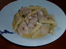 Κοτόπουλο με πένες και ξινόγαλα στο τηγάνι