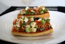Ελληνική Μπρουσκέτα με ντομάτα, ελιές και φέτα