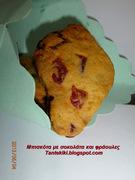 Τραγανά μπισκότα με σταγόνες σοκολάτας και φράουλες