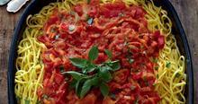 Φρέσκια πάστα με πολύχρωμα λαχανικά