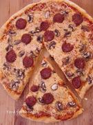 Πίτσα με πανεύκολη αφράτη ζύμη, μανιτάρια και χωριάτικο λουκάνικο