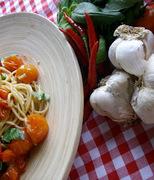 Σπαγγέτι ολικής άλεσης με φρέσκα cherry ντοματίνια, σκόρδο και τσίλι.