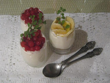 Mους γιαουρτιού με άρωμα λεμόνι και φρέσκα φρούτα