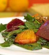Γλυκόξινη πράσινη σαλάτα με σπανάκι, παντζάρι, πορτοκάλι και καρύδια