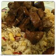 Χοιρινή τηγανιά με πολύχρωμο ρυζάκι