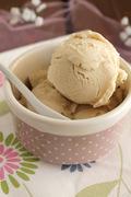 Παγωτό με λευκή σοκολάτα και η θέα από το παραθύρι μου!