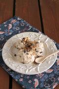 Ένα πιο παραδοσιακό frozen yogurt με μέλι, καρύδια και σοκολάτα