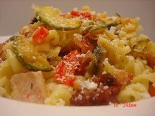 Ζυμαρικα με αλλαντικα λαχανικα και τυρια