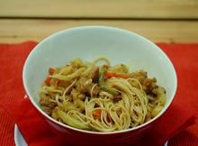 Κοτόπουλο με λάχανο και noodles στο wok