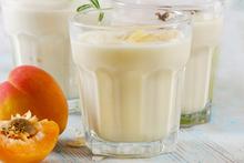 Γιαουρτοποτό (smoothie) με μαρμελάδα βερίκοκο