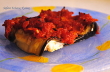 Ρολά μελιτζάνας με τυρί και σάλτσα ντομάτας.