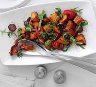Σαλάτα ζεστή με γλυκοπατάτες και λουκάνικα