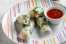 Εξωτικά σπρινγκ ρολς με λαχανικά και καβούρι κονσέρβας