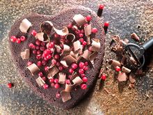 Σοκολατένια καρδιά με κόκκινα φρούτα