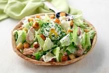 Χορταστική σαλάτα ceasar με αυγά και τόνο από βάζο